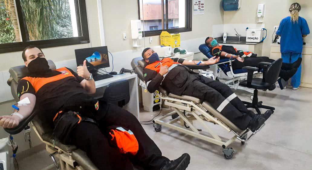 Equipes da Defesa Civil e Força Voluntária realizam doação de sangue em Porto Alegre