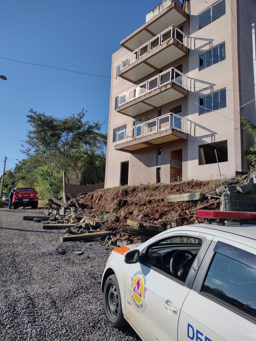 Defesa Civil e Corpo de Bombeiros realizam interdição parcial em condomínio residencial